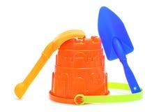 Zand/strand geplaatst stuk speelgoed: emmer, schop en hark Stock Afbeelding