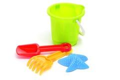 Zand/strand geplaatst stuk speelgoed: emmer, schop, hark en star-shaped vorm Stock Foto's
