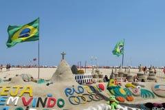 Zandbeeldhouwwerk in Rio de Janeiro met Braziliaanse vlag Stock Foto