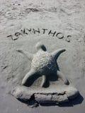 Zandbeeldhouwwerk van een Schildpad op een Strand stock foto