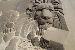 Zandbeeldhouwwerk van mannelijke leeuw Stock Afbeeldingen