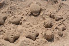 Zandcijfers aangaande het strand stock fotografie