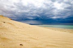 Zandduin met stormachtige hemel Stock Afbeeldingen