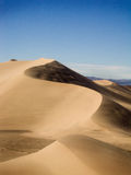 Zandduin onder blauwe hemel Stock Foto