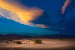 Zandduinen en Bergen in zonsopgang, het Nationale Park van de Doodsvallei, Californië, de V.S. Stock Foto's