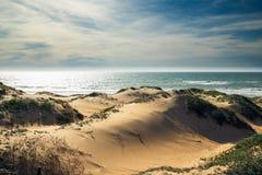 Zandduinen en oceaanmening royalty-vrije stock afbeeldingen