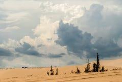 Zandduinen en stormachtige wolken Royalty-vrije Stock Foto