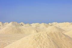 Zandduinen onder een duidelijke blauwe hemel Royalty-vrije Stock Afbeelding