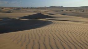 Zandduinen in Peruviaanse woestijn vóór zonsondergang royalty-vrije stock afbeeldingen