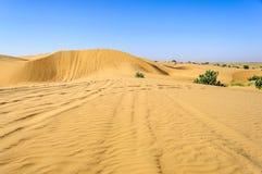 Zandduinen, SAM-duinen van de Woestijn van Thar van India met exemplaarruimte Stock Foto's