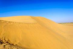 Zandduinen, SAM-duinen van de Woestijn van Thar van India met exemplaarruimte Stock Foto