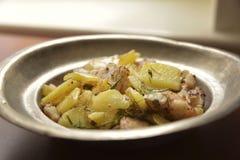 Zander filé som tjänas som med nya potatisar royaltyfri foto