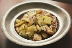 Zander filé som tjänas som med nya potatisar arkivbilder
