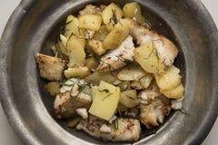 Zander filé som tjänas som med nya potatisar arkivbild