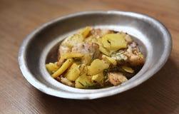 Zander filé som tjänas som med nya potatisar royaltyfria bilder