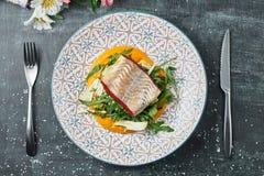 Zander mit Karottenpüree und -fenchel Gebratene Stangenleiste mit Gemüsepüree stockbild