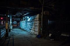 Zanderige donkere de stadsstraat van Chicago bij nacht Royalty-vrije Stock Foto