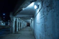 Zanderige donkere de stadsstraat van Chicago bij nacht Stock Foto