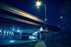 Zanderige donkere de wegbrug van Chicago met graffiti bij nacht Royalty-vrije Stock Afbeeldingen