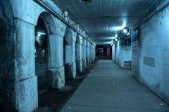Zanderige donkere industriële de stadsstraat van Chicago met bij nacht Royalty-vrije Stock Fotografie
