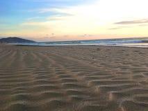 Zandgolven bij het Strand Stock Afbeelding