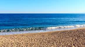 Zandig azuurblauw strand, Calabrië, Italië Royalty-vrije Stock Afbeeldingen