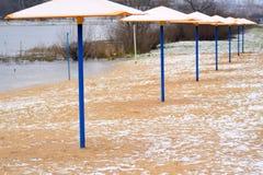 Zandig die strand op het meer, met ijs wordt behandeld Stock Fotografie