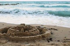 Zandig kasteel op strand bij het overzees Stock Foto