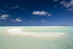 Zandig, ondiep, tropisch strand. Aitutaki, stock afbeelding