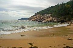 Zandig rotsachtig strand Stock Foto's