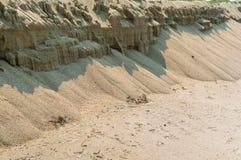 Zandig steil strand, overzees zand royalty-vrije stock afbeelding
