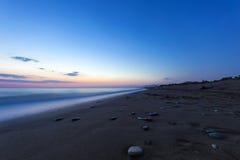 Zandig strand bij de schemer, de Peloponnesus - Griekenland Royalty-vrije Stock Afbeeldingen
