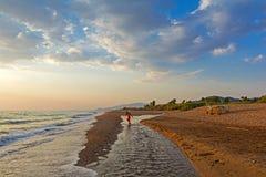 Zandig strand bij de zonsondergang, Griekenland Stock Foto