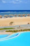 Zandig strand bij hotel in Marsa Alam - Egypte Stock Foto