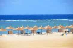 Zandig strand bij hotel in Marsa Alam - Egypte Royalty-vrije Stock Foto's