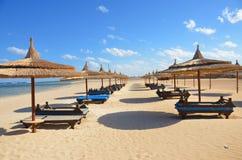 Zandig strand bij hotel in Marsa Alam - Egypte Stock Afbeelding