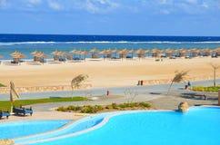 Zandig strand bij hotel in Marsa Alam - Egypte Royalty-vrije Stock Afbeelding
