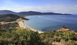 Zandig strand in de baai van Egeïsche Overzees Stock Fotografie