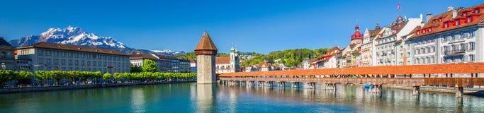 Zandig strand dichtbij Historisch stadscentrum van Luzerne met beroemde Kapelbrug en meer Luzerne Vierwaldstattersee, Kanton van stock fotografie