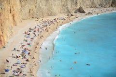 Zandig strand in een zonnige waether op Lefkada, Griekenland Stock Fotografie