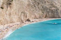 Zandig strand in een zonnige waether op Lefkada, Griekenland Royalty-vrije Stock Afbeeldingen