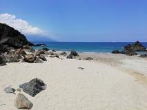 Zandig strand en blauwe overzees op Mindoro, Filippijnen royalty-vrije stock afbeelding
