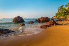 Zandig strand en grote keien Royalty-vrije Stock Afbeelding