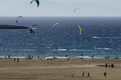 Zandig strand en kitesurfers op de golven van het Egeïsche overzees Royalty-vrije Stock Foto's