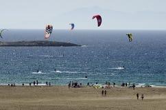 Zandig strand en kitesurfers op de golven van het Egeïsche overzees Stock Foto's