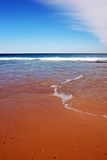 Zandig strand en oceaanmening Royalty-vrije Stock Foto