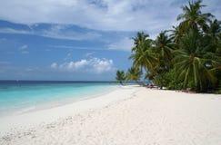 Zandig strand en tropische overzees Stock Foto