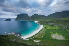 Zandig strand en turkooise blauwe baai op Lofoten, Noorwegen Stock Foto's