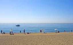 Zandig strand in Estepona in Zuidelijk Spanje Stock Foto's