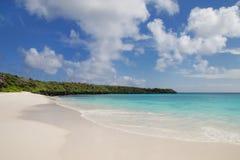 Zandig strand in Gardner Bay, Espanola-Eiland, Nationale de Galapagos royalty-vrije stock afbeeldingen